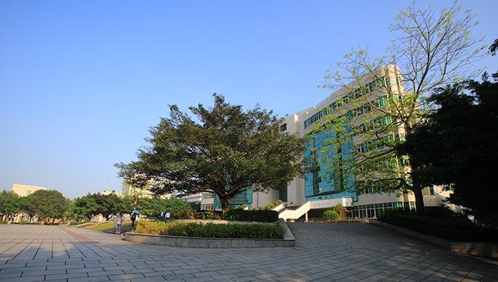 广东石油化工学院图书馆广场